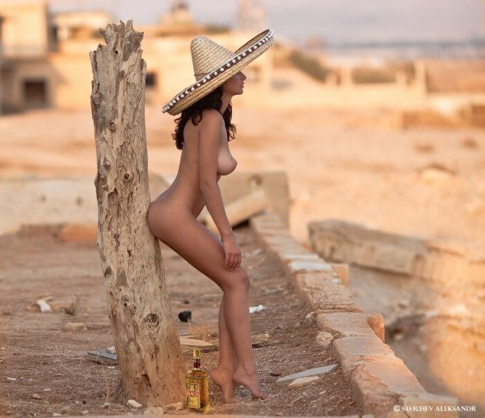 Голая мексиканка в сомбреро