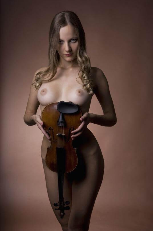 Обнаженная скрипачка