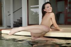 Светит киску в бассейне