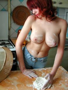 Полуобнаженная кухарка