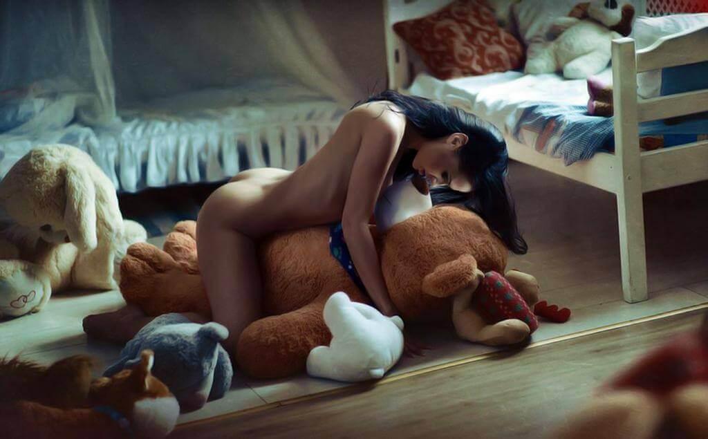 фото голой девушки с плюшевой игрушкой