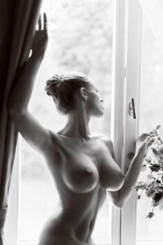 Большие тити у окна