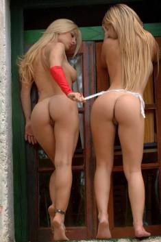 Две блондинки под окном