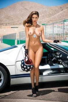 Голая автогонщица у спорткара