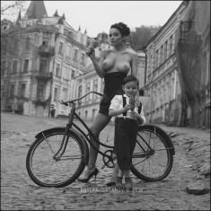 Полуобнаженная мамаша с ребенком