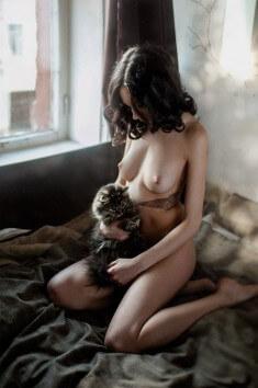 С котенком на руках