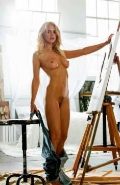 Привлекательная художница у холста