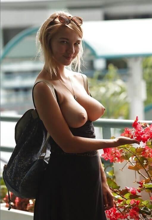 Блондинка показала грудь