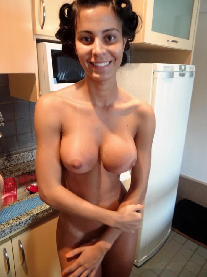 Молоденькая любительница на кухне