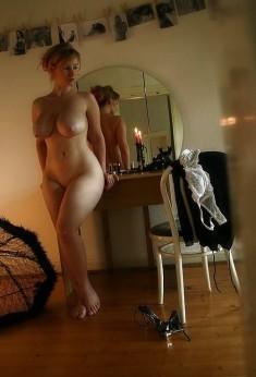 Созревшая дама у зеркала