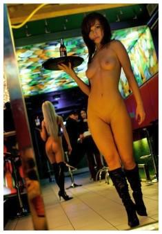 Голая официантка в сапожках