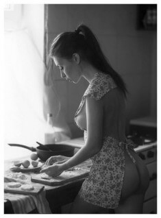 Молоденькая кухарка в фартуке