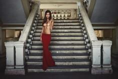 Полуобнаженная куколка на лестнице