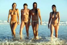 Голые девочки на берегу