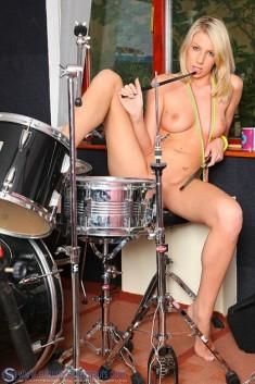 Голая барабанщица