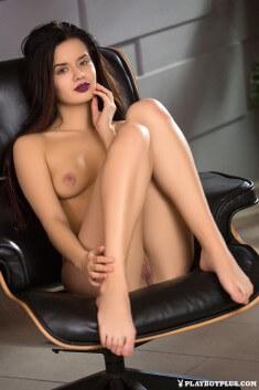 Милая Carmen Summer в кресле