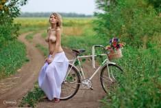 Присела на богажник велосипеда
