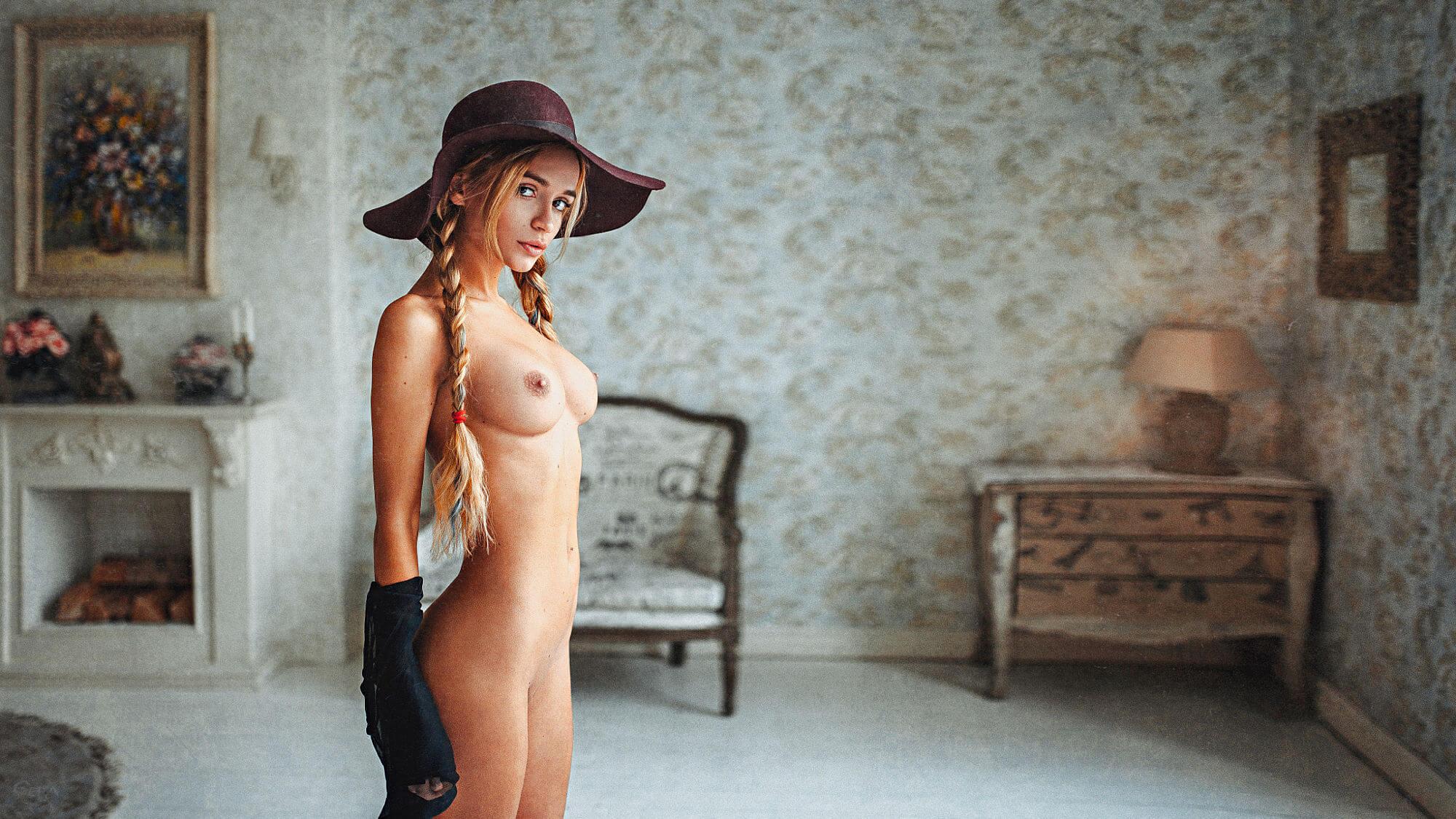 Обнажённая но в шляпе(Блонд)