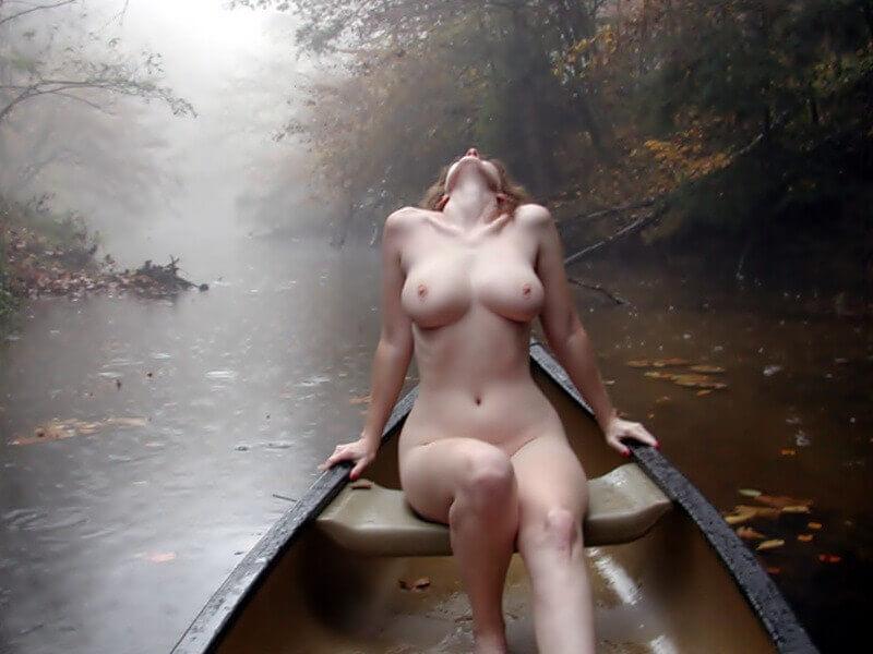 Голая девушка в лодке