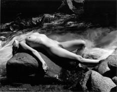 Черно-белая эротика у реки