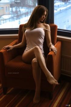 Молоденькая чертовка в кресле