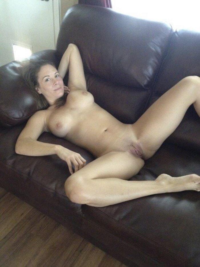Голая дома на диване