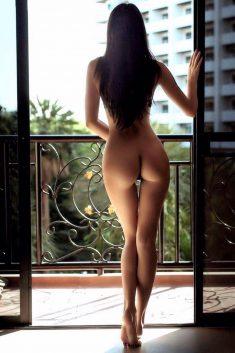 Обнаженная малышка у окна