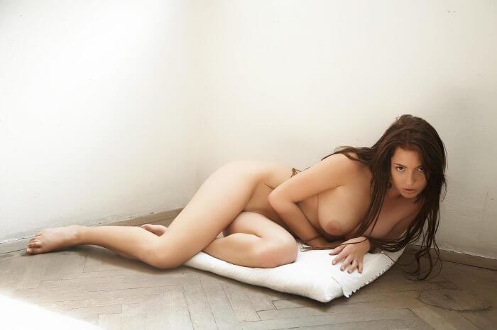 Обнаженная киска на подушке