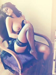 Горячая брюнетка в кресле