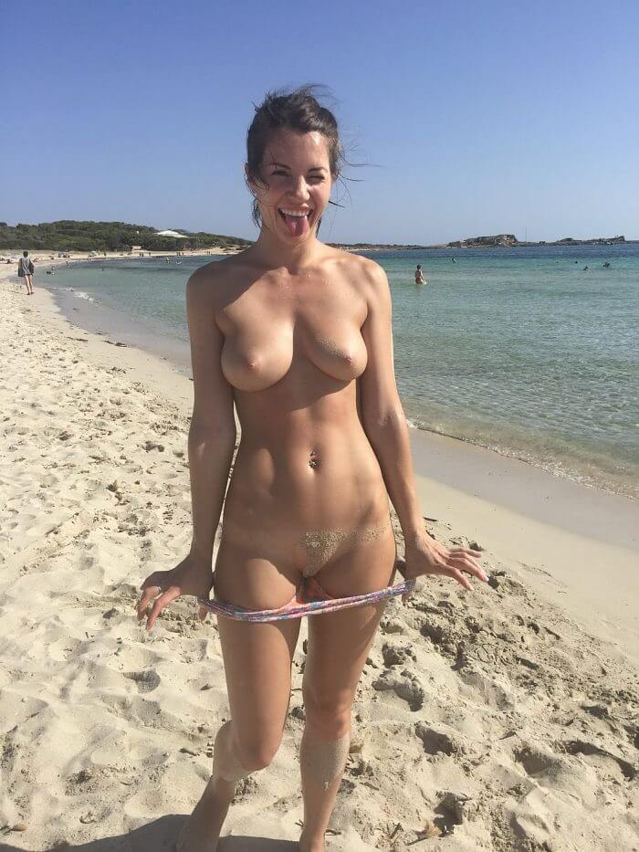 Почти голая озорница на пляже