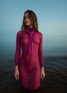 Утонченная дева в мокром платье