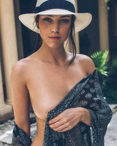 Девчуля в белой шляпке