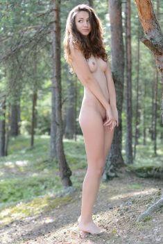 Симпатичная девочка в лесу