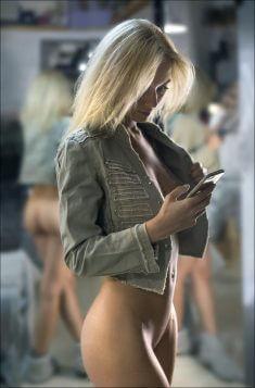Фигуристая блондинка без трусиков