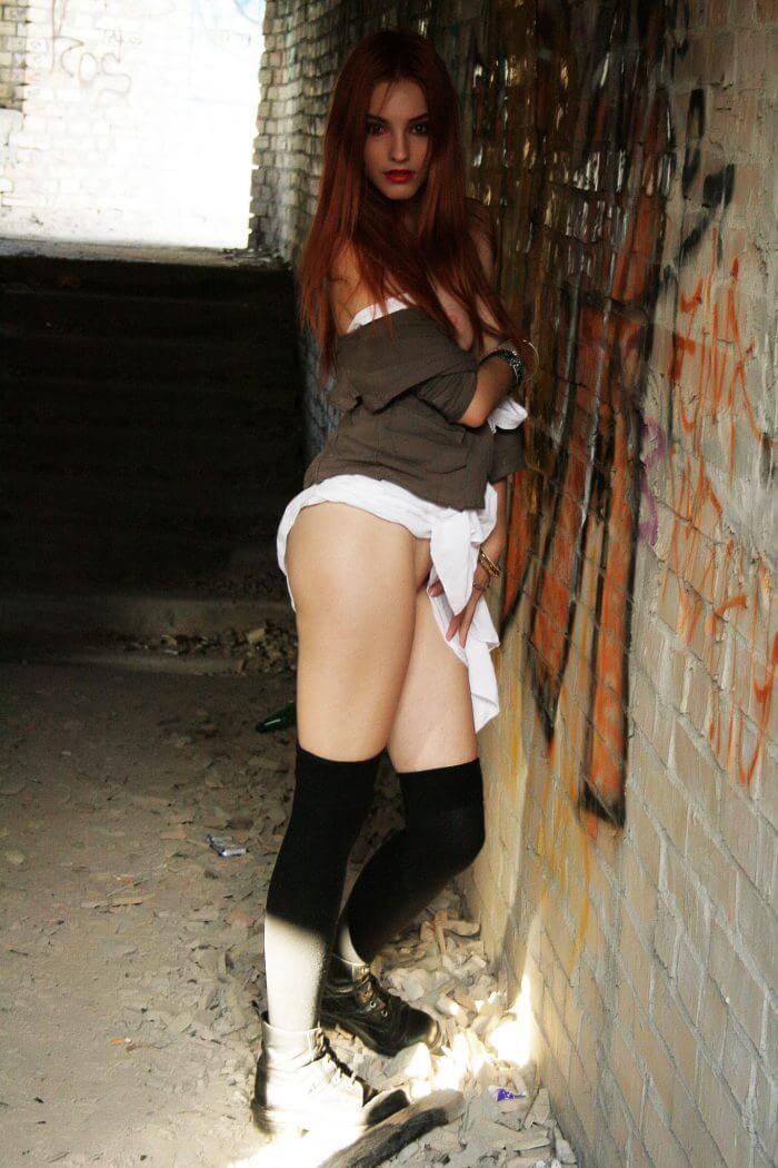 Рыжеволосая Kira W на развалинах и другие голые девушки
