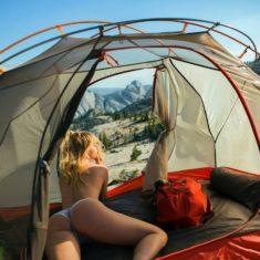 Сногсшибательная Сара Джин Андервуд в походной палатке