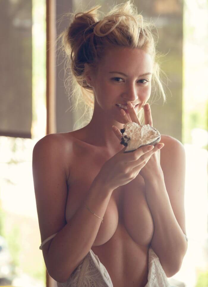 Очаровательная Bryana Holly с пироженкой