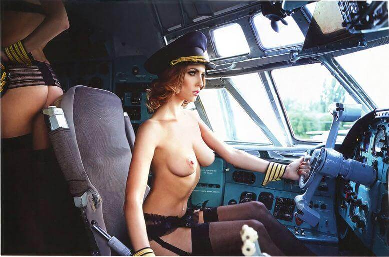 Обнаженная пилотесса за штурвалом