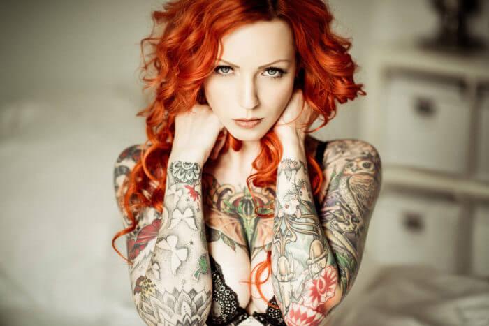 Рыжая красотка в татуировках
