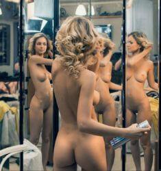 Обнаженная девочка перед зеркалом