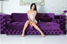 Шикарная особа на фиолетовом диване