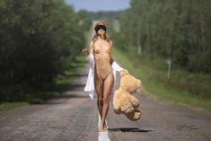 Голая девушка с плюшевым мишкой