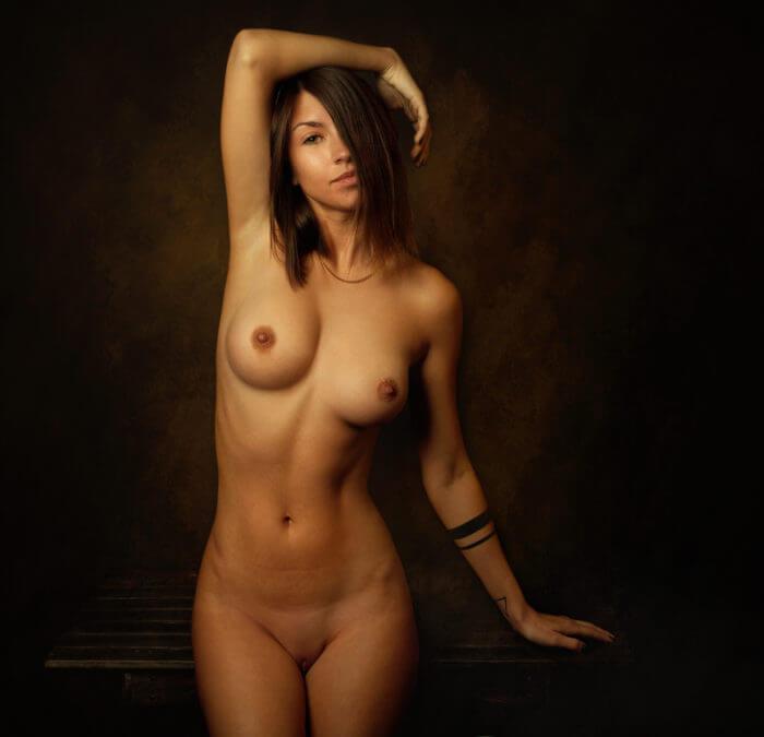 Голая девушка с картинки
