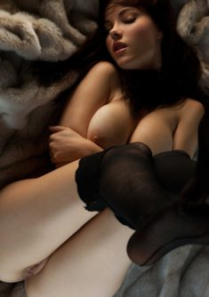 Голая девочка на меховой шубке