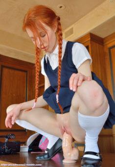 Озабоченная девочка с косичками