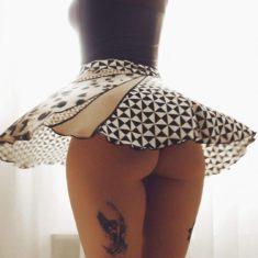 Красивая попка под развевающейся юбкой