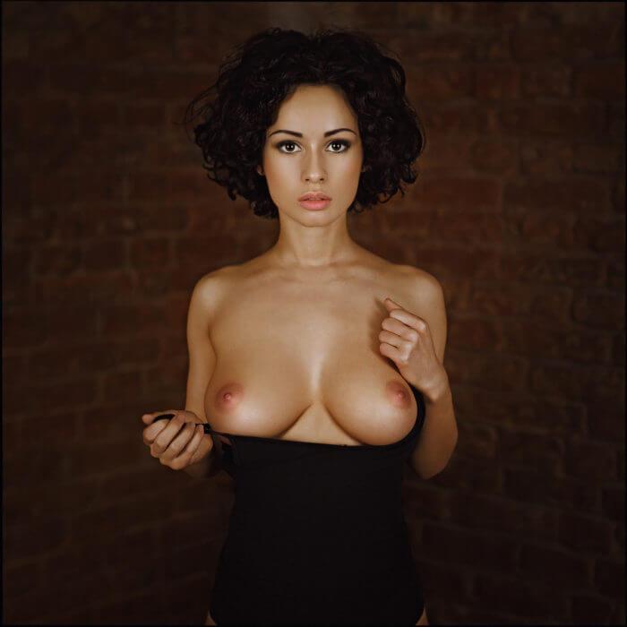 Выразительная Стася Шпиц с голой грудью