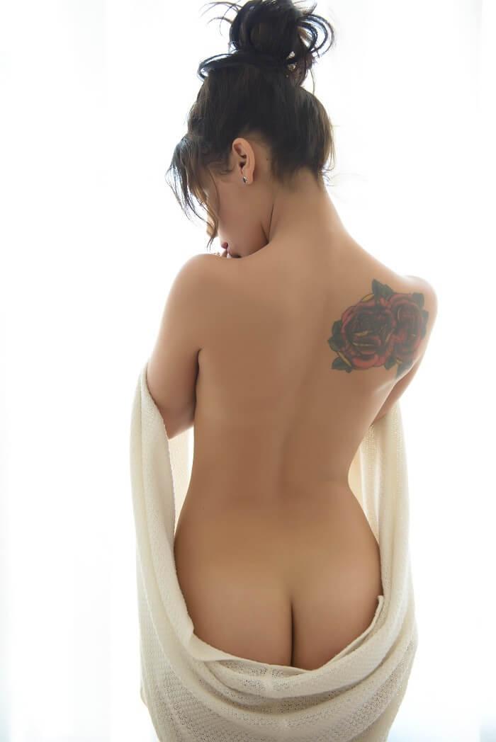 Девушка с тату на лопатке и другие голые девушки