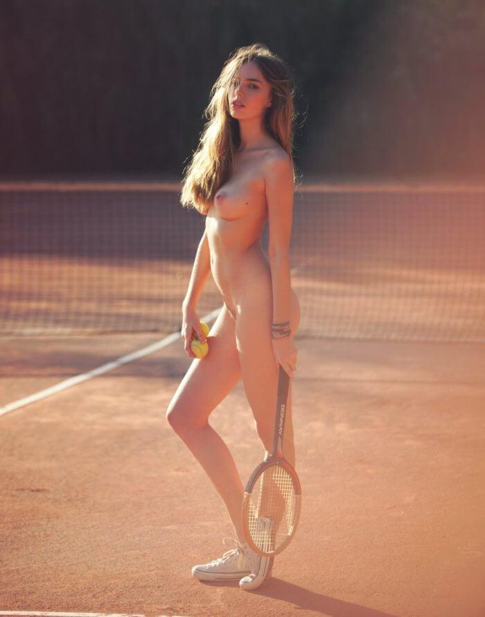 Голая теннисистка на поле