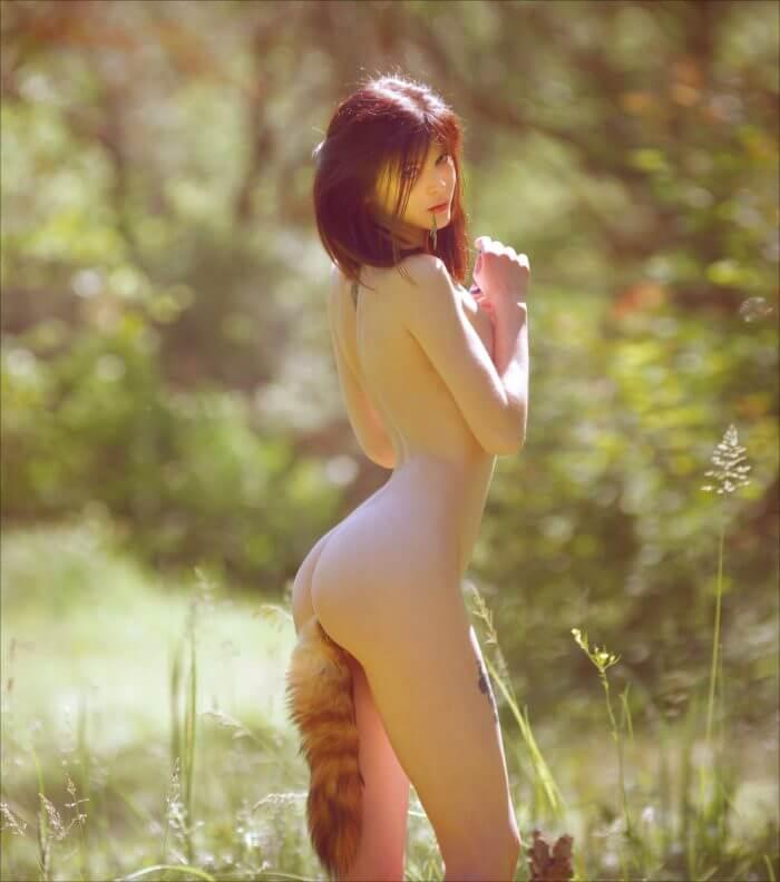 Обнаженная вертихвостка и другие голые девушки